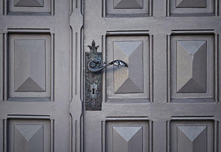 ¿No sabes que tipo de CERRADURA poner en tu puerta para sentirte realmente seguro? En este post te contamos los tipos de CERRADURAS DE SEGURIDAD que existen en el mercado ¡Y RIETE DE LOS LADRONES!🚪🔐😎  #Cerraduras #Seguridad #CerraduraDeSeguridad