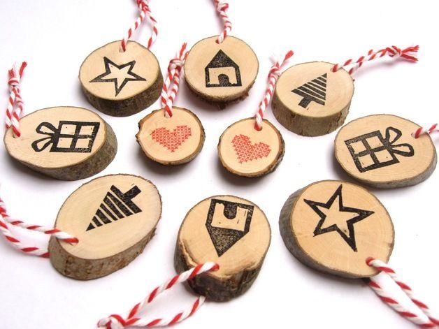10 weihnachtliche Holzanhänger wollen eure Geschenke veschönern!  Die von Hand gesägten Holzscheiben sind einseitig von uns bedruckt und mit einer rot-weißen Kordel versehen.  Da jede...