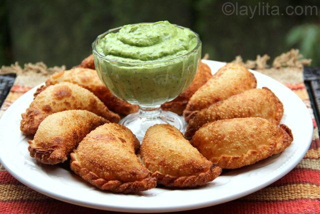 Receta para empanadas de chorizo y queso, se pueden preparar fritas o al horno. Se acompañan con una deliciosa salsa de aguacate.