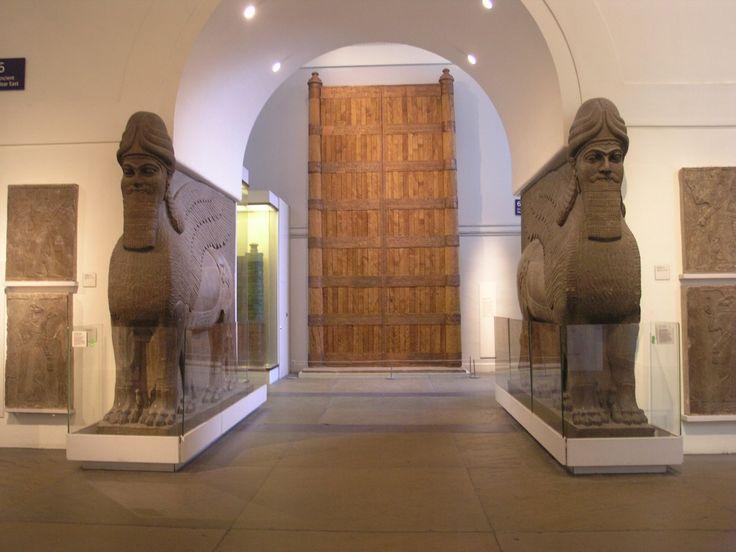 Нимруд.  Ирак. Ламассу, Дворец Ашшур-нацир-апала II, Нимруд. 883-859 гг. д.н.э. Британский Музей, Лондон http://www.britishmu...inged_bull.aspx В 1988 году иракскими археологами в четырех гробницах около города Нимруд, что рядом с библейским городом Ниневия, был найден клад с сокровищами. Здесь была и корона ассирийской царицы, покрытая золотыми листьями, и изображениями 8 девушек с крыльями, сосуды из белого мрамора, золотые блюда и гравированные серебряные кувшины.
