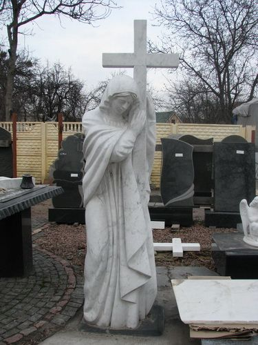 Изготовление статуи Богородицы из белого мрамора