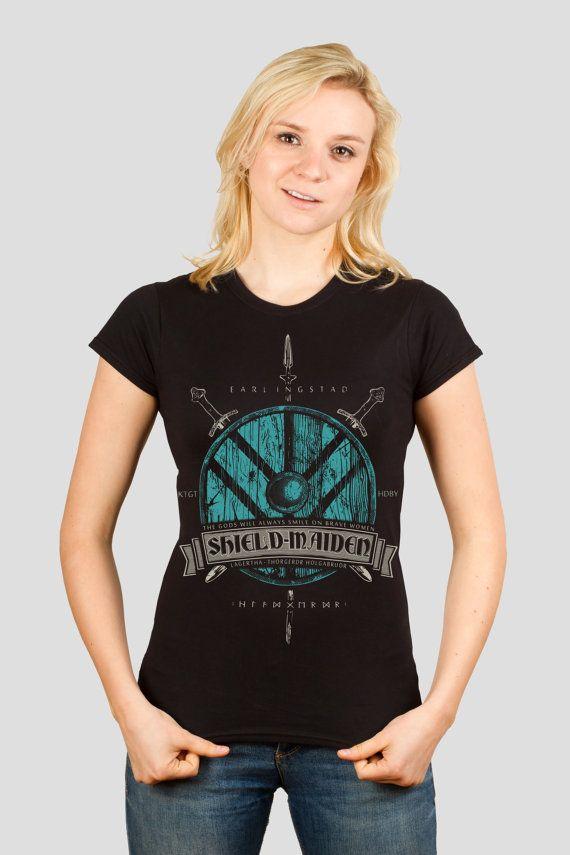 T-shirt, progettato e schermo stampato da due amici geek in un workshop basato casa ispirato un Vichinghi. Iscriviti il hird, prendi il tuo scudo e raid al fianco di Lagertha la skjaldmö! Può il vento danza tra i capelli e possono tremare gli uomini del nord dal suono dei tuoi passi come marzo nella battaglia!  Questa t-shirt è stata stampata a mano, utilizzando inchiostri plastisol e una schermata di stampa self-made. La stampa è stata curata in una macchina della pressa di calore, per una…