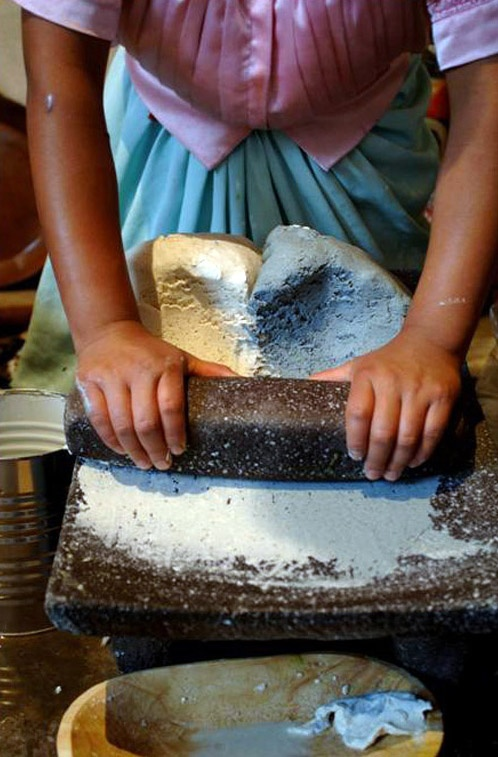 El metate es el utensilio por excelencia en la cocina tradicional mexicana y desde luego de Mesoamérica. No hay tortillas sin  metate y sin comal.