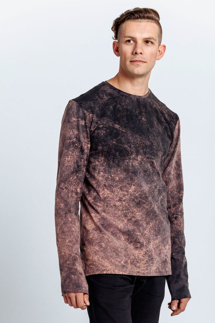 T-shirt with long sleeves dyed with acid wash technology which gives the fabric a unique pattern and so pleasant softness.   Size of the model: MHeight of the model: 189Sleeve length: 72