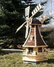 Diese ansprechende Windmühle ist aus qualitativ hochwertigem massiven Fichtenholz gefertigt. Ihre schöne Form mit den vielen kleinen Extras macht Sie zu etwas Besonderen in Ihrem Garten. Diese Windmühle als Gartendekoration überzeugt zusätzlich durch Ihre bereits eingebaute Solarbeleuchtung im Inneren der Mühle sowie den 3 Dachgauben. Am hinteren Ende des Windmühlenkopfes ist ein Windrad angebracht welches das drehen in den Wind erleichtern soll. Die Windmühlenflügel sind kugelgelagert…