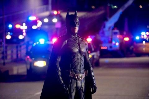 Trilogia, ultimo atto. Quello fra Nolan e Batman è stato un incontro assai proficuo. E ora giunge al termine. Il bilancio è positivo: per non essere stato circuito dalla mania del 3d, per non aver ceduto alle lusinghe della politicità didascalica...