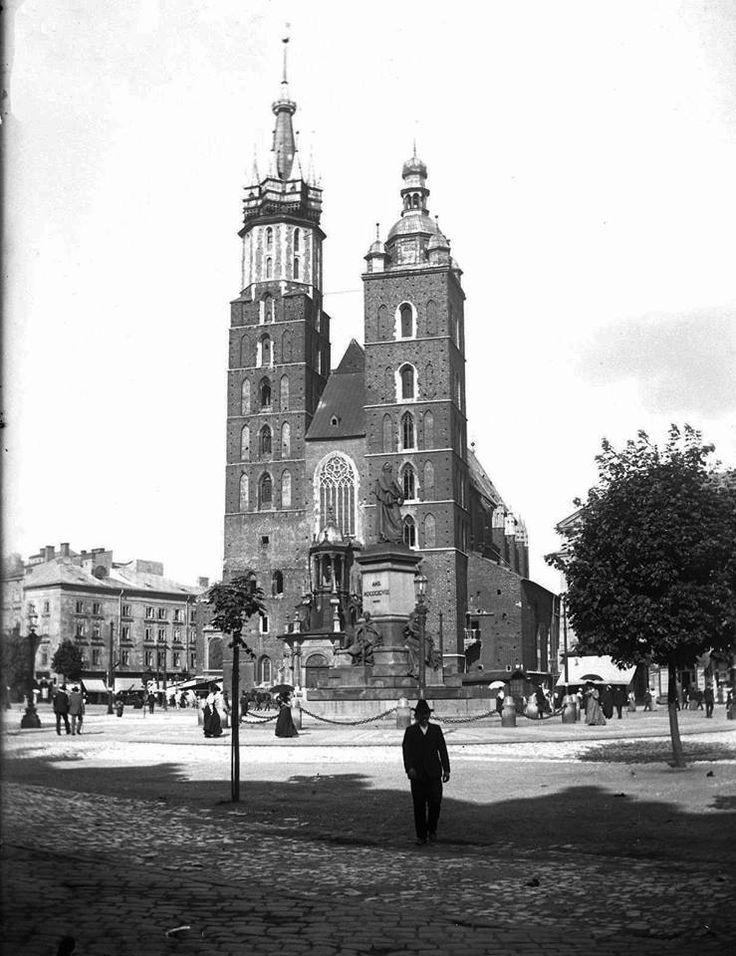 Kraków - ciekawostki, tajemnice, stare zdjęcia·   Kościół Mariacki w 1900 roku. Widok spod Sukiennic.