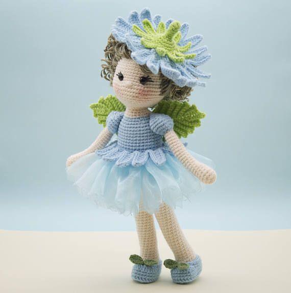 Dit is een afgewerkte handgemaakte amigurumi haak pop van een zoete witlof bloem fee. Ze draagt een mooie blauwe organza rok gegarneerd met gehaakte bloemblaadjes gemaakt te laten uitzien als een bloem van de cichorei. Op haar rug zijn kleine groene blad vleugels en op haar hoofd van krullen is een verwisselbare floral hoed. Haar schoenen waren gemaakt overeenkomen met haar outfit en hebben twee kleine haak bladeren op elke schoen voor versiering Deze witloof flower fairy was liefdevol…