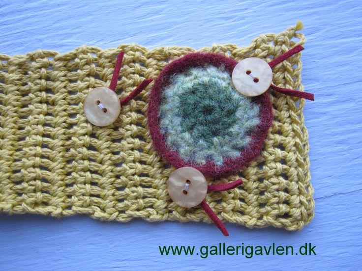 Scarf, crochet, buttons, hæklet tørklæde med filtet blomst og knapper med ruskindsbånd