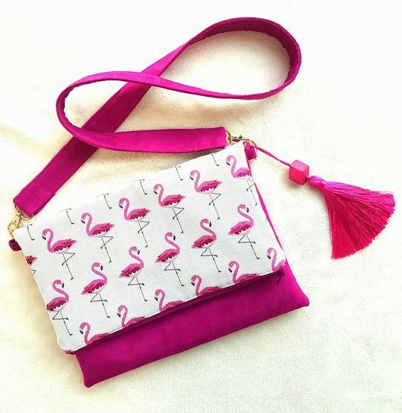 Sac à rabat fait main avec bandoulière, en suédine rose fushia et tissu jacquard motifs flamants roses avec maxi pompon. de la boutique LNHKcreations sur Etsy