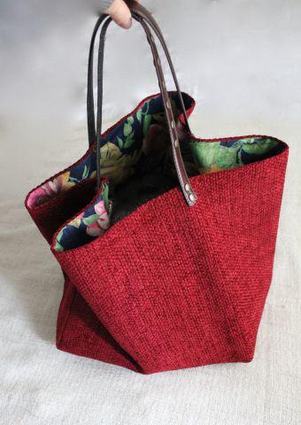 """[gallery ids=""""1552,1530,1559,1532,1538″ type=""""rectangular""""] Una favolosa ciniglia d'arredo bordeaux per questa borsa in tessuto fatta a mano. Manici in pelle marrone c…"""