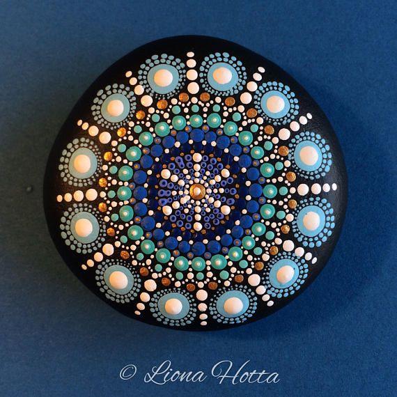 Dies ist eine Schneeflocke gepunktet Mandala-Stein…