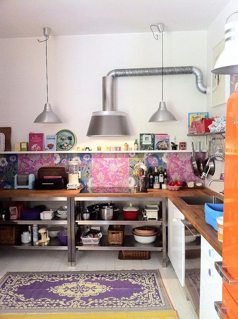 Well, this is just so darn pretty in my nontraditional kind of style! Love it!  (Kitchen by lutterlagkage, via Flickr)