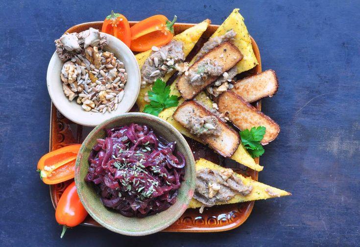 Stekt polenta med rödlöksmarmelad, shitaketapenade och rökt tofu