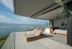 Una delle numerose terrazze panoramiche di Vallarta House: la camera da letto prosegue con naturalezza all'aperto, regalando una splendida veduta sull'Oceano. Ci si rilassa al sole, sdraiati sui lettini imbottiti disegnati da Ezequiel Farca