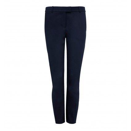 Вопрос 23. Темно-синие узкие брюки, длина 7/8, со стрелками и отворотами.