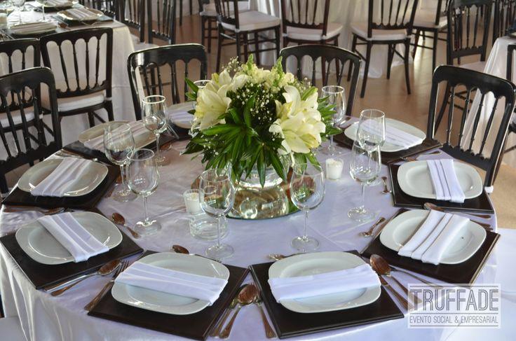 Mesa redonda con florero para centro de mesa tono ivory y verde boda sof a y ramiro - Mesas de centro redondas amazon ...