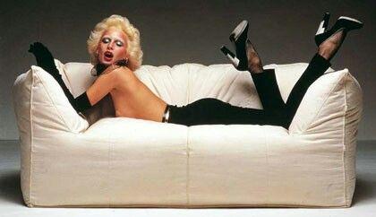 Donna Jordan su divano Le Bambole di Mario Bellini. Fotografia Oliviero Toscani #lebambole #olivierotoscani #mariobellini #design #b&b #donnajordan