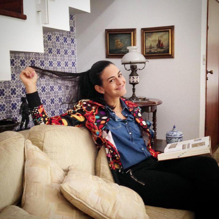 Momento descontração em casa, esperando o café mais esperado do dia ➡️ o 1º do dia aliás, depois de jejum para fazer exames de alergia  #IssoNãoéLegal #oiterça #momentodescontração #strikeapose #sitting #homesweethome
