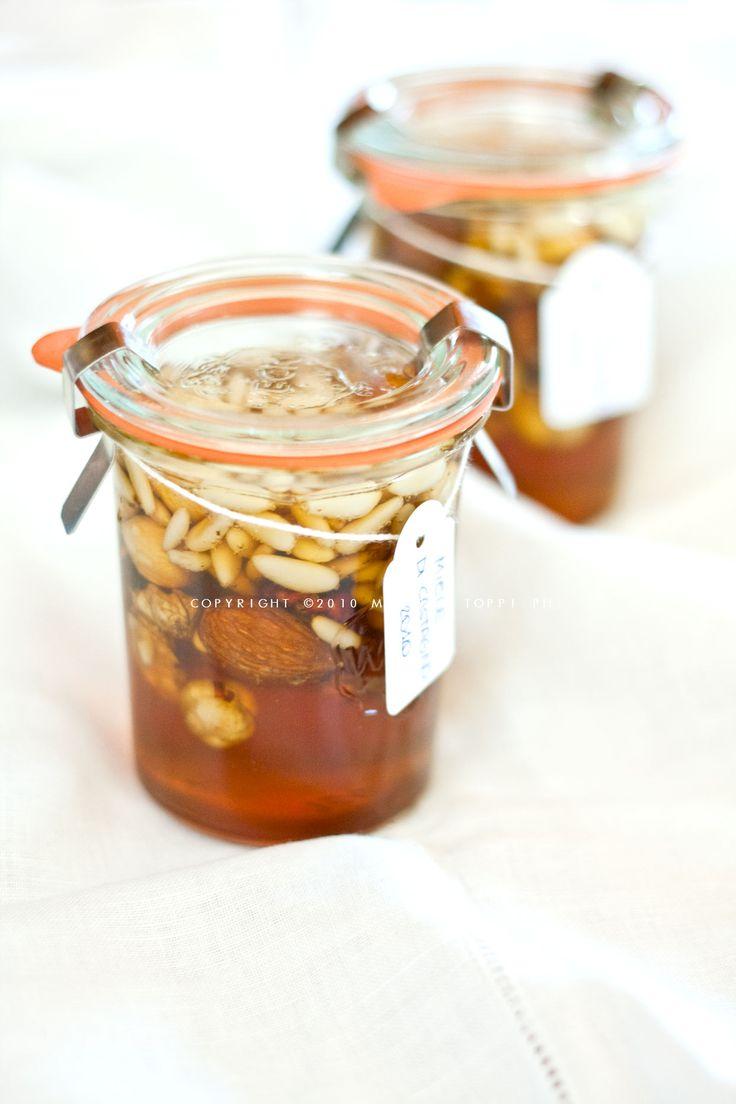 Miele e frutta secca sono un'accoppiata davvero azzeccata e se confezionati in maniera originale possono essere un'idea gradita per un regalino di Natale.