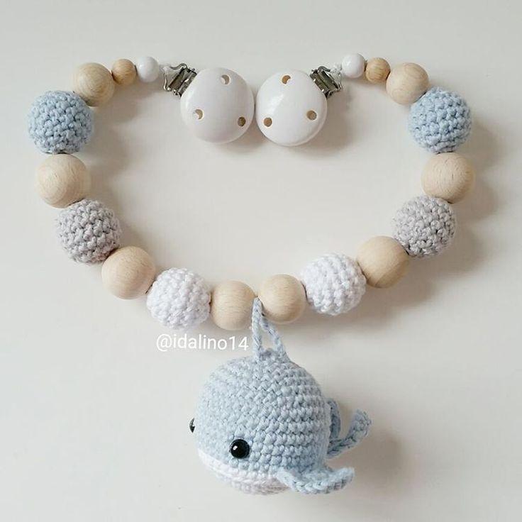 Kinderwagenkette für Lasse, der vor zwei Tagen geboren wurde - herzlichen Glückwunsch!!!  my own pattern   @alsterperle_mitbabybauch #häkeln #baby #schwanger #babygeschenk #amigurumi #mommytobe #momtobe #pregnant #babygirl #babyboy #craftastherapy #handmade #crochet #crochetlove #crochetaddict #idalinocrochet #instamum #instababy #instacrochet #babybump #crochetinspiration #wal #whale #kinderwagenkette #virka #haken #schnullerkette #greifling #schnullerkettemitname
