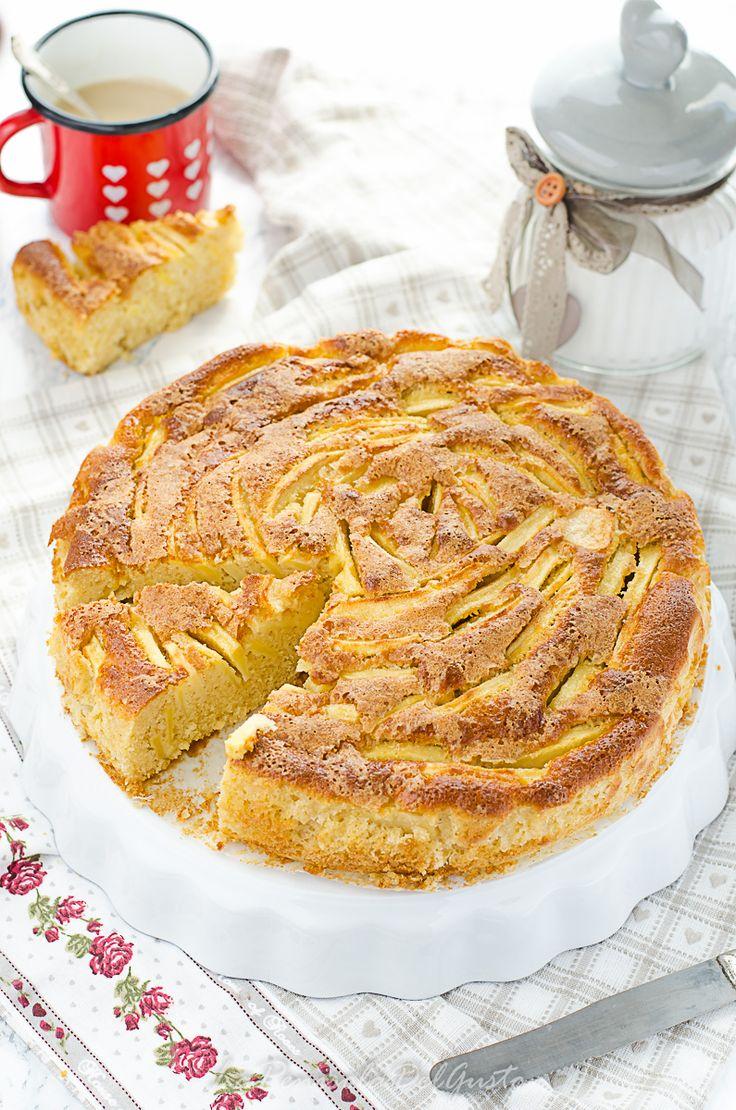 La torta di mele è un dolce classico senza tempo, dalle nonne ai giorni d'oggi è una ricetta intramontabile e dal sapore perfettamente equilibrato. Tante mele all'interno rendono l'impasto umidissimo, il latte la rende soffice come una nuvola e lo zucchero di canna in superficie caramella in forno…