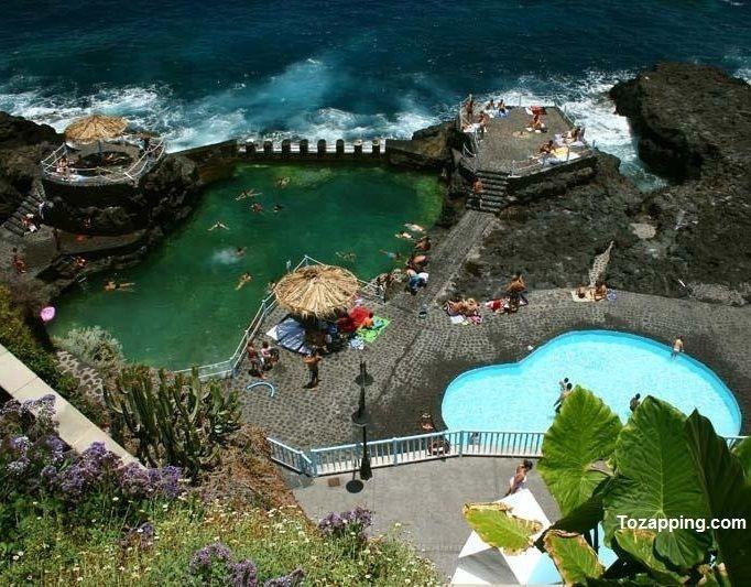 En la pequeña isla de La Palma se encuentras el Charco Azul, compuesto de una piscina grande, otra infantil y la charca denominada el «Charco de las Damas». Todas ellas son de agua marina y además, cuentan con una cascada. La zona está habilitada y cuenta con un completo equipamiento, duchas, restaurantes, vestuarios y sombrillas.