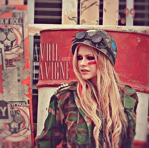 Essa é a cantora canadense Avril Lavigne, ela é incrivelmente maravilhosa, as musicas dela são muito bem feitas e eu adoro o trabalho dela. Sua carreira começou em 2002 e ela continua firme e forte.