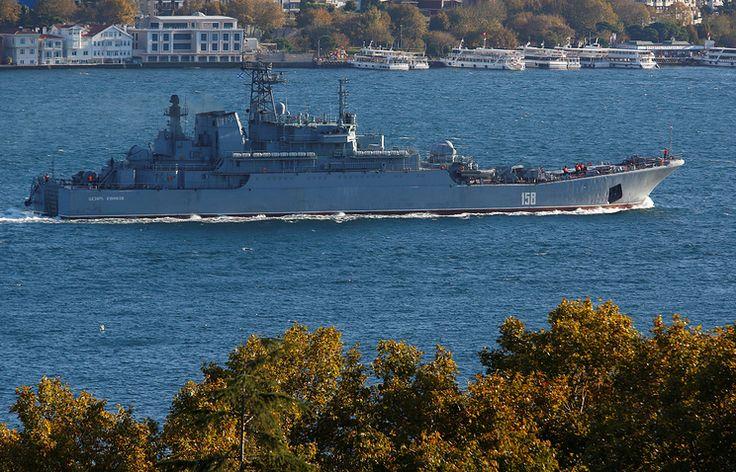 Корабли ВМФ РФ пересекают Босфор под усиленной охраной из-за возможности нападений ИГ - Международная панорама - ТАСС
