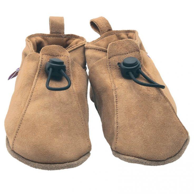 Des chaussons Toggle par Starchild pour explorer de nouveaux endroits !    Conçus pour ramper, sauter et faire ses premiers pas, bébé est prêt à découvrir ce qui l'entoure en toute liberté.    Fabriqué à la main dans une usine anglaise traditionnelle, ces chaussons favorisent la respiration, les mouvements et l'évolution naturelle du pied.