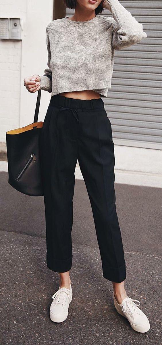 Como dar um toque elegante ao look casual. Top cropped cinza, calça de alfaiataria preta, tênis branco