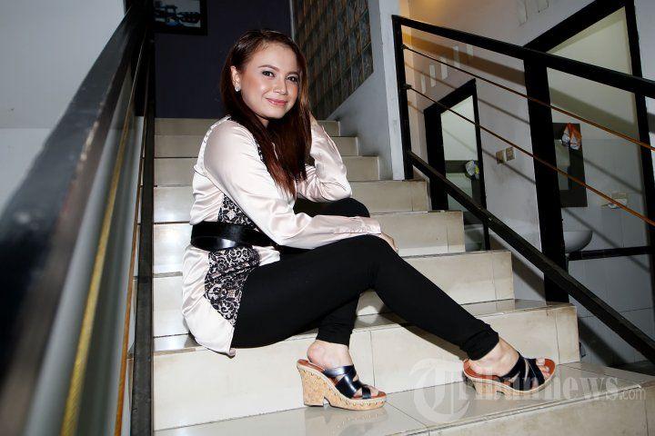 ROSSA - Penyanyi Rossa saat ditemui pada latihan untuk konsernya yang bertajuk Pesona Cinta Rossa di Studio EG, Jalan Pangeran Antasari, Jakarta Selatan, Minggu (22/11/2015) malam. Konser ini akan berlangsung di Johor Malaysia yang didukung oleh Kementerian Pariwisata RI. TRIBUNNEWS/JEPRIMA