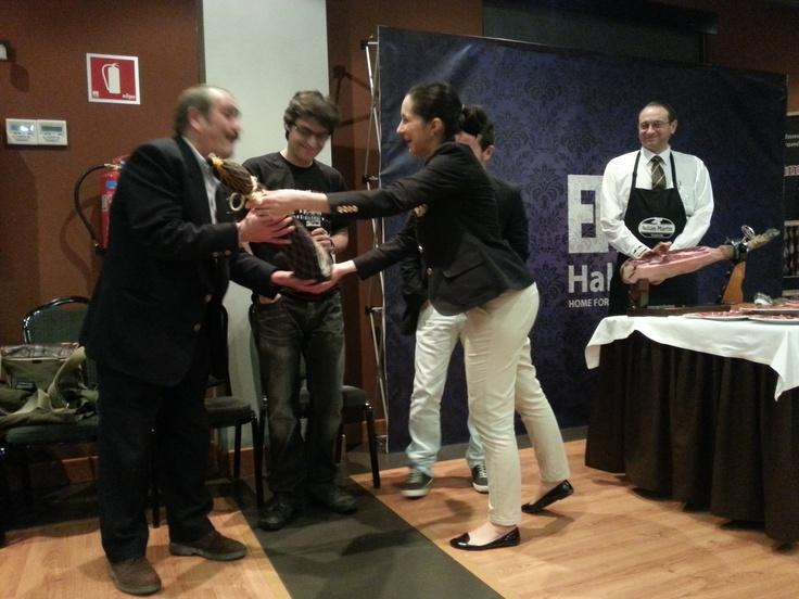 Momento en que María Luisa entrega el jamón a Rafael Reig, ganador del certamen