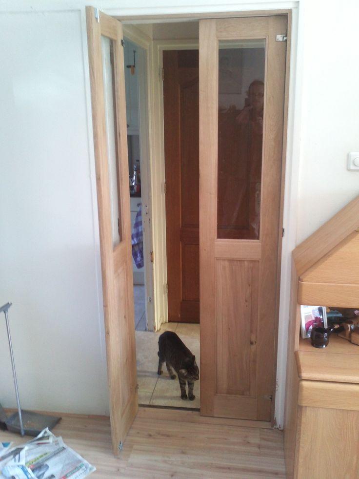 Eiken klapdeuren handig voor de honden en katten die er zelf doorheen kunnen en de deur weer sluit.