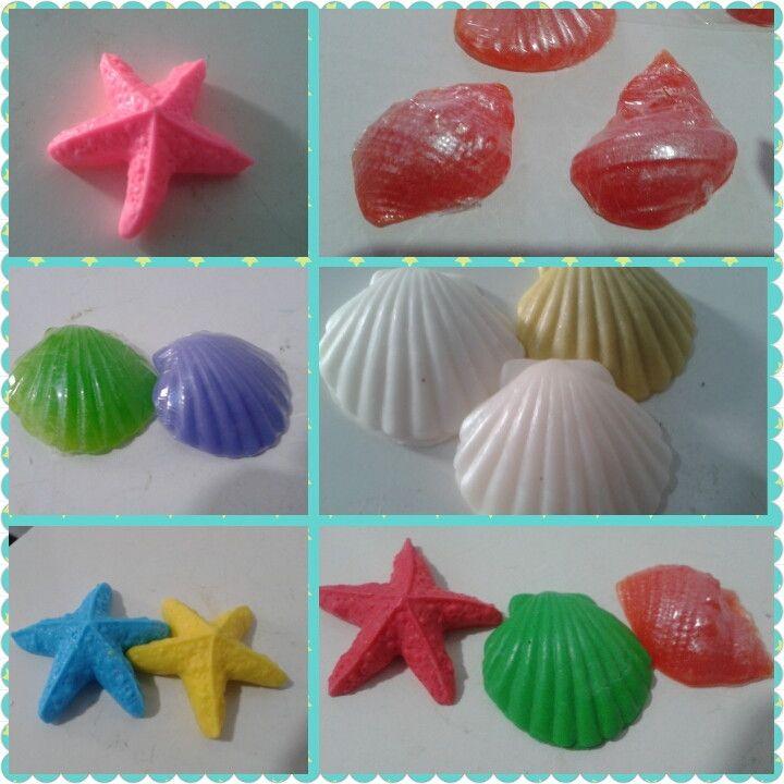 sabonete em formato de concha ou estrela do mar embaladas em saquinho de celofane várias cores e essências efeito perolado acréscimo de 0,10