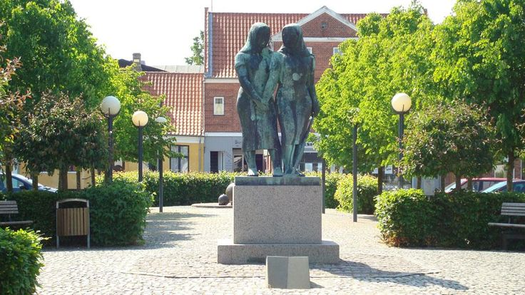 Byen, der smiler, ligger smukt ved bunden af Sakskøbing Fjord. Sakskøbings historie går tilbage til 1200-tallet, hvor en nærliggende landsby bar navnet Saxtorb. Byen har et hyggeligt bymiljø med mange specialforretninger, og den gamle købstad fremstår i mange henseender som en moderne by.