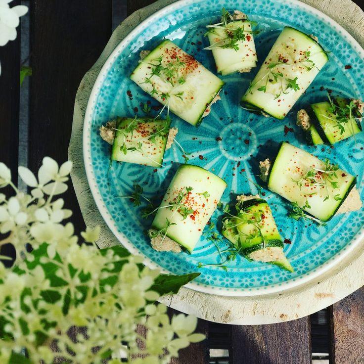 Zucchini-Rollen, roh-vegan und super lecker. Das ist leichte Sommer-Küche, dieschnell und leicht auch im Camper gelingt. Probiert es aus!