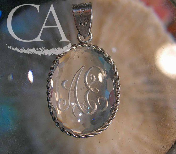Colgante cuarzo cristal de roca facetado y plata de Ley con grabado letras entrelazadas. Joyería Artesanal. Faceted quartz and Sterling silver necklace with intertwined letters engrave. Handmade Jewelry.
