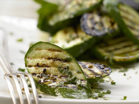 Marinierte Zucchini mit Minze und Honig: Das erfrischende Aroma dieser Antipasti-Variante von Zucchinis wird Sie begeistern.