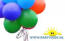 Naamkaartje in een ballon en steeds mag een kindje de ballon kapot knippen. De naam die eruit komt mag het cadeautje geven en de volgende ballon knippen.