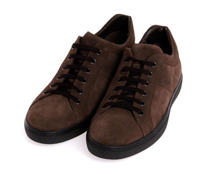 Scarpa marrone scamosciata con lacci e suola nera di Tod's.