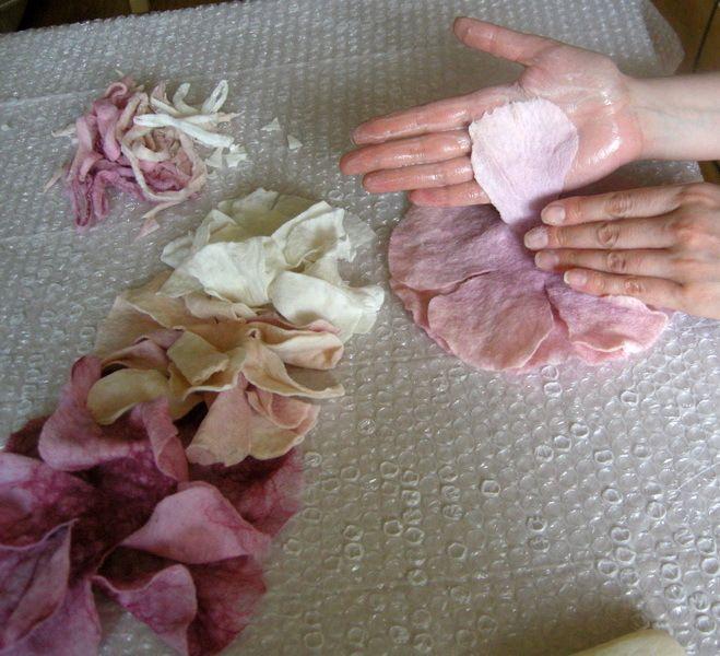 Цветок из войлока может украсить шарф или пальто, добавить ту самую «изюминку» в Ваш гардероб. Именно созданием такой изюминки мы и займемся. Мы будем делать пион. Но не просто пион, а пояс-пион.Для создания такого пояса нам понадобятся: пупырчатая плёнка, шерсть четырёх цветов, волокна шёлка, вода, мыло, ножницы и готовность провести 5-6 часов за кропотливой работой )))1.