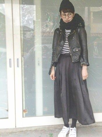 こちらも黒で洋服をまとめたところに、うまく白を効かせたコーディネート。白黒のボーダーTをロングスカートにインして、足元にはスニーカー。バランス感覚が絶妙です。