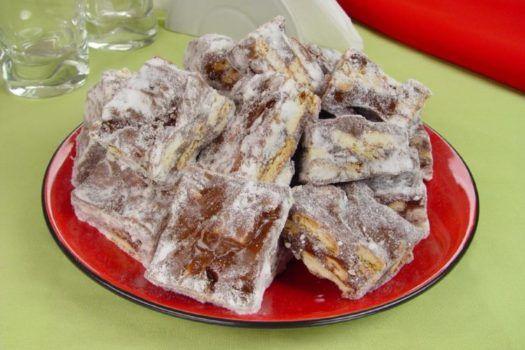 receita de palha italiana tradicional, polvilhada com açúcar