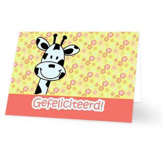 """Een verjaardagskaart voor een kind met een giraffehoofd die boeven een roze balk uitkomt. Op de balk staat """"Gefeliciteerd!"""" geschreven. De achtergrondkleur is geel. De achtergrond is bedekt met roze bloemetjes. De binnenkant van deze verjaardagskaart is helemaal wit, daar kun je zelf nog teksten en foto's of allerlei leuke afbeeldingen aan toevoegen."""