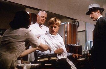 Robert Redford a Paul Newman v legendární filmu o jednom geniálním dostihovém podrazu. Film je příběhem o přátelství dvou roztomilých podvodníků. Johny, malý šikovný podvodník a jeho kumpán Luther omylem okradou poslíčka, který pracuje pro jednoho z…