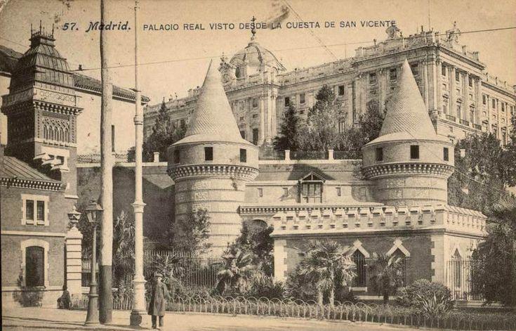 Palacio Real visto desde la Cuesta de San Vicente, anterior a 1910. J. Lacoste. Tarjeta postal. Museo de Historia (Madrid)