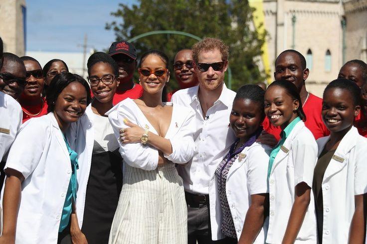 RiRi en de prins poseren met een groep jongeren tijdens het Man Aware event. - Rihanna ontmoet Prins Harry op Barbados voor zijn koninklijke tour
