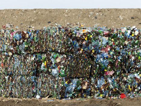 Saksalainen urheiluvälinevalmistaja Adidas haluaisi käyttää merten muovijätettä vaatteissaan.