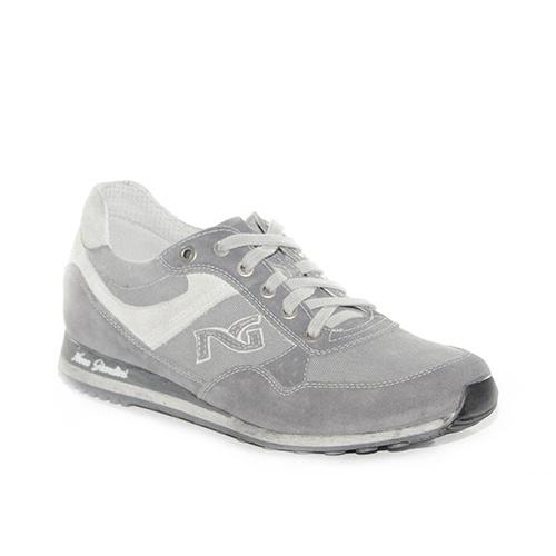 Sneakers sportiva in camoscio e tessuto grigio con rifiniture avorio.